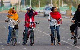 سودانيات يجلن الخرطوم على دراجات هوائية لكسر الحواجز