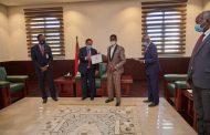 حمدوك يمنح شهادات تقديرية وحوافز للمجموعة التي أسهمت في ضبطية الذهب المُهرّب عبر مطار الخرطوم
